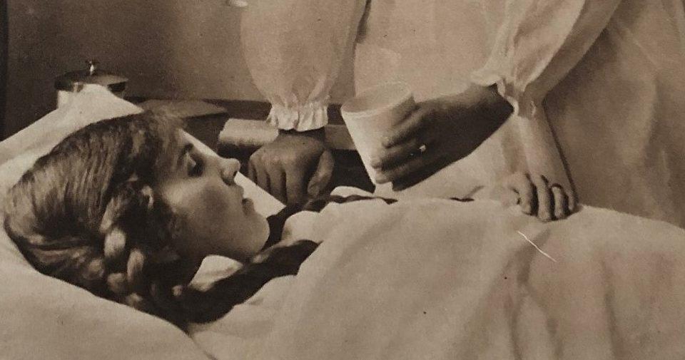 spanska sjukan en liten flicka som får hjälp